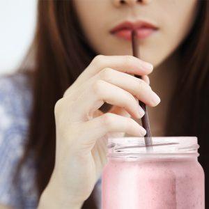フレッシュプロテインを飲む女性